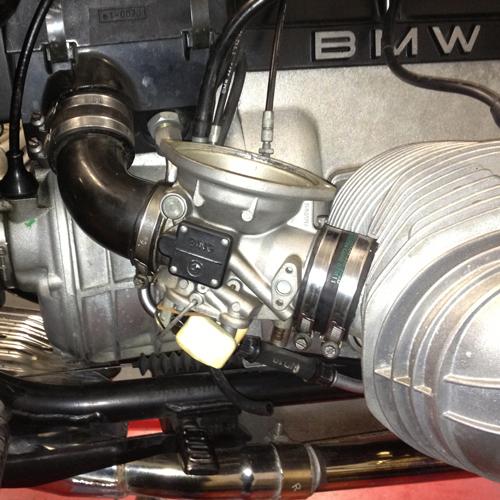 Hier sehen Sie den Vergaser einer BMW R100R, die Membran und die Schwimmerkammer wurden demontiert.