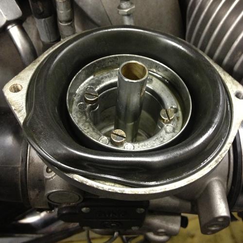 Membran BMW R100R, im Laufe der Jahre quellen diese auf und / oder reißen. Dies hat zur Folge, dass der Vergaser nicht mehr vollständig oder ungleichmäßig öffnet.