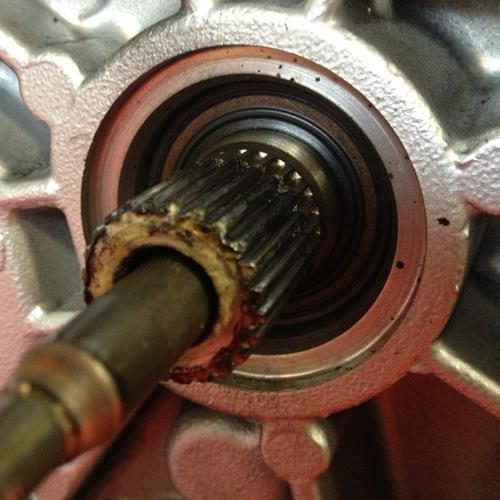 Auf diesen Bild sehen Sie den berüchtigten Getriebeeingangssimmerring, leider ist dieser für viele verölte Kupplungen verantwortlich