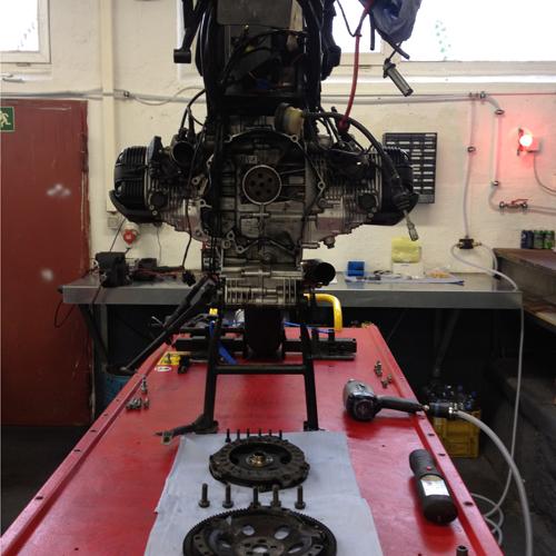 BMW R1100GS Heckrahmen angehoben, Getriebe, Kupplung und Schwungscheibe ausgebaut