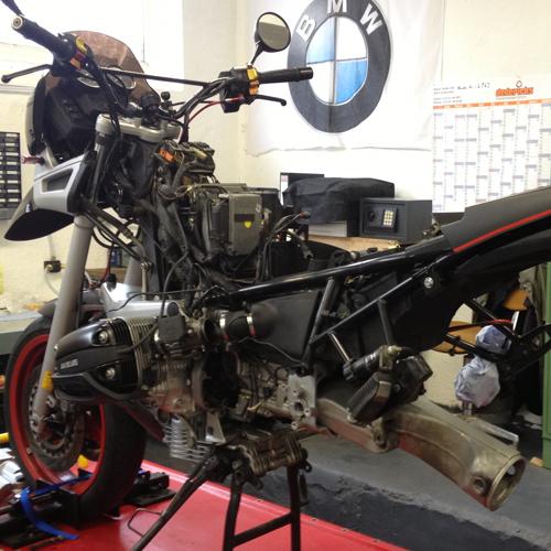 Hier sehen Sie die Anfangsarbeiten beim Getriebeausbau an einer BMW R1100GS mit einem Getriebelagerschaden