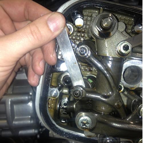 BMW R1150 Ventilspiel Kontrolle, das Ventilspiel sollte alle 10.000 km eingestellt werden, um ein Verbrennen des Ventils zu vermeiden. Oft könne man meinen, dass nach dem Einstellen der Ventile und dem anschließenden Synchronisieren es sich um ein neues Motorrad handelt.