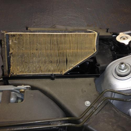 Bei der K1200GT muss zum Wechseln des Luftfilters die komplette Verkleidung und der Tank demontiert werden. Dieser Luftfilter hat eine Laufleistung von 20.000km absolviert. Es bedarf keinen fachmännischen Blick um die Verunreinigung zu erkennen. Ein Austausch des Luftfilters ist daher notwendig um den entsprechenden Luftdurchsatz zu gewährleisten