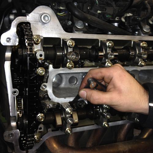 BMW K1200GT Ventilspielkontrolle. Die Ventile werden mittels Fühlerblattlehre überprüft und ggf. eingestellt. Das Ventilspiel liegt bei den Einlassventilen zwischen 0,15mm und 0,20mm, bei den Auslassventilen zwischen 0,25mm und 0,30mm. Sollte das Ventilspiel nicht im Toleranzbereich liegen, müssen die Nockenwellen demontiert und die Tassenstößel ersetzt werden.