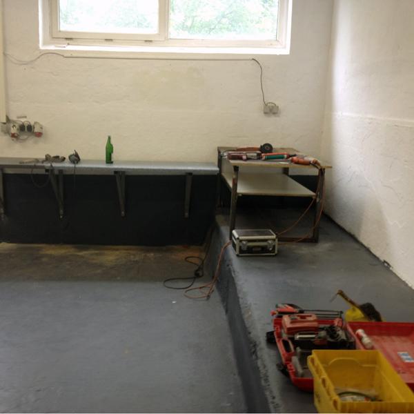 Mit frisch gestrichenen Wänden und Böden sollten große Werkbänke zur Überholung von BMW Motoren, Getrieben und Hinterachsen entstehen.