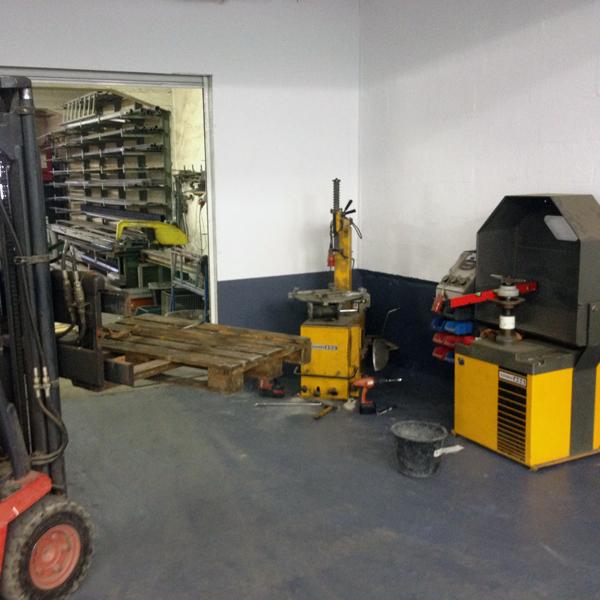 Mit schwerem Gerät schafften wir Raum für Ihr BMW Motorrad, oder Ihren BMW C1 Roller.