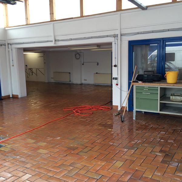 Der frisch gereinigte Werkstattboden ist bereit für die neuen Motorradhebebühnen.