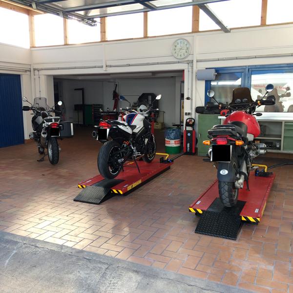 Die ersten BMW Motorräder auf der der Hebebühne.